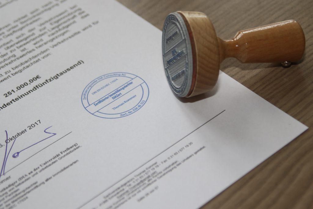 Stempel und Unterschrift